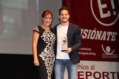La concejala de Deportes entregó el premio a Quintero. (Foto: Ayuntamiento de Arganda)