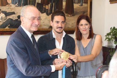 Damian Quintero fue recibido por Javier Imbroda, alcalde de Málaga al revalidar su título como campeón de Europa